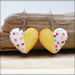 pendientes-galletas-corazones-te-blancos-miniatura-fimo-dulce-miniature-tea-heart-cookie-white-polymer-clay-fimo-dangle-earrings