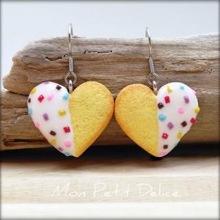 pendientes-galletas-corazones-te-blancos-miniatura-fimo-dulce-miniature-tea-heart-cookie-white-polymer-clay-fimo-dangle-earrings
